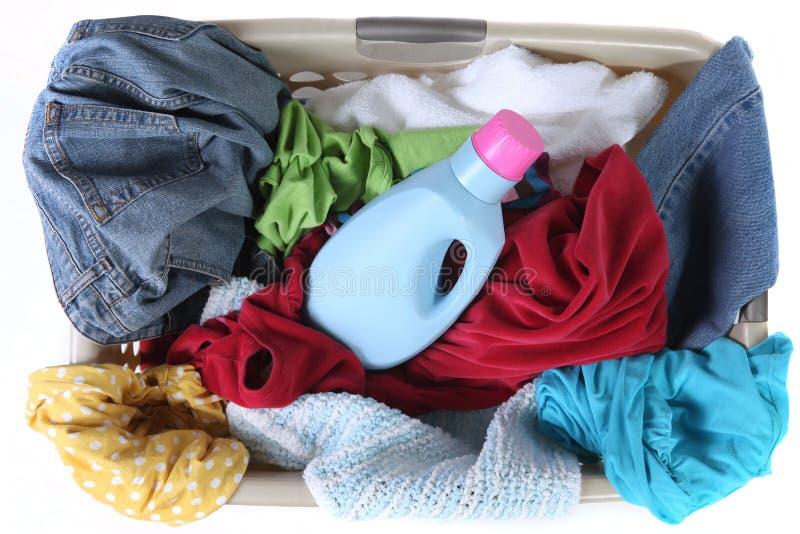 Cesta de lavanderia completamente da opinião superior da roupa suja fotografia de stock royalty free