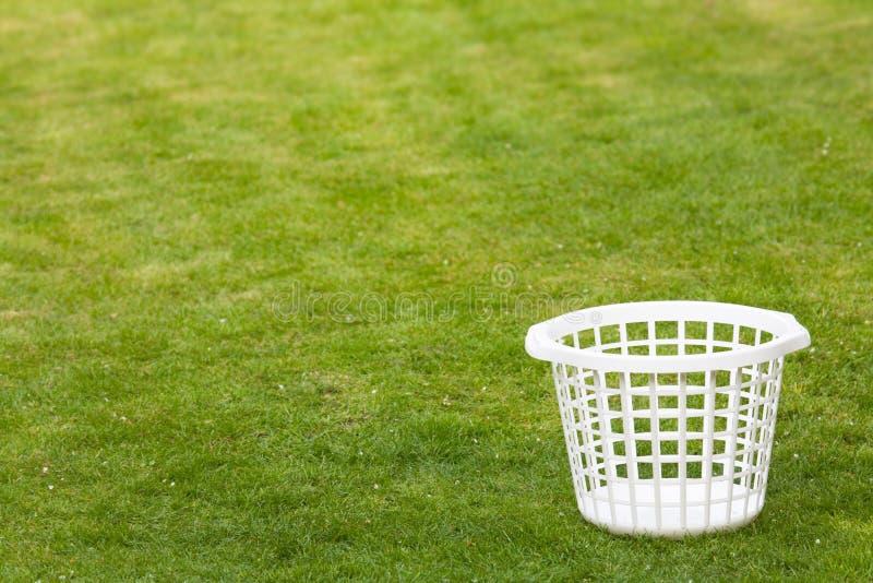 Cesta de lavanderia no gramado fotos de stock royalty free
