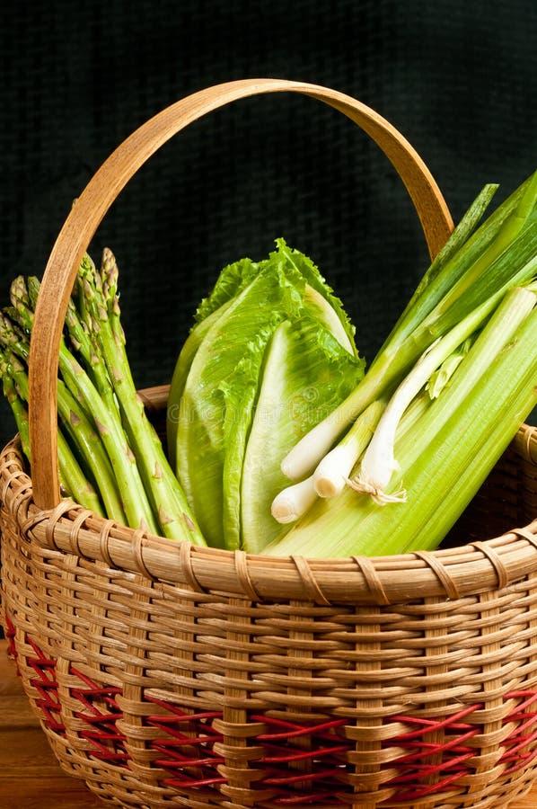 Cesta de lingüeta tecida vintage de vegetais orgânicos fotos de stock royalty free