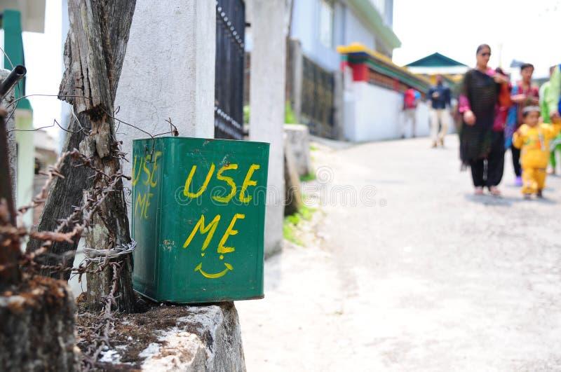 Cesta de lixo com convite usar-se fotografia de stock
