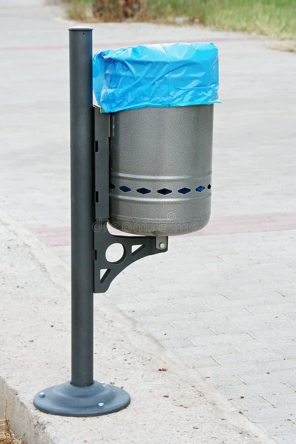 Cesta de lixo da rua fotografia de stock