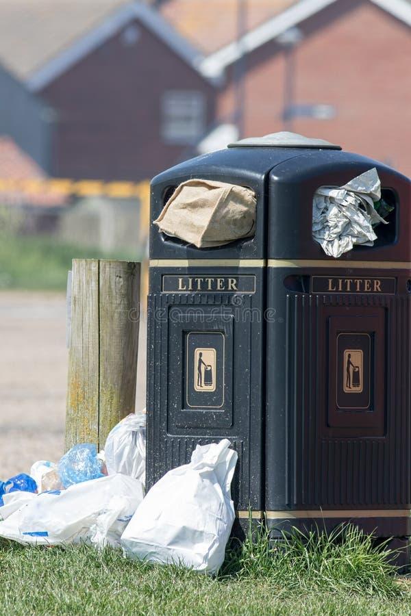 Cesta de lixo de transbordamento Balde do lixo público completamente dos desperdícios imagens de stock