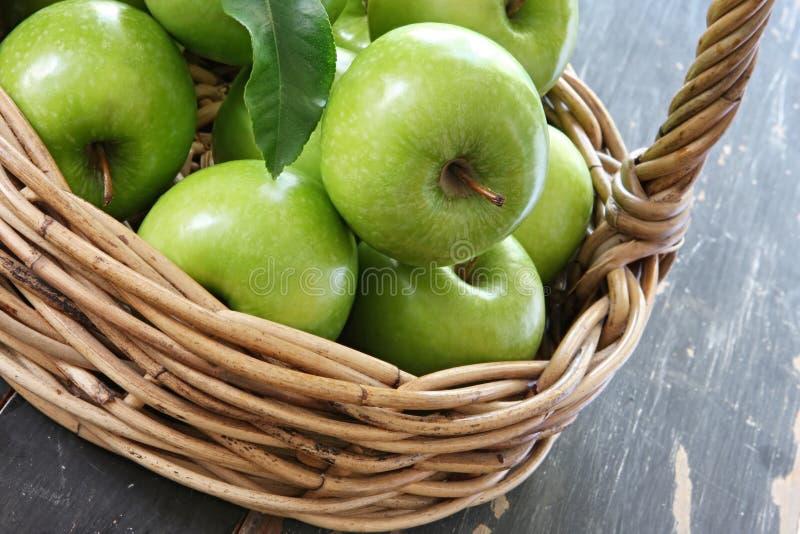 Cesta de maçãs verdes imagens de stock royalty free
