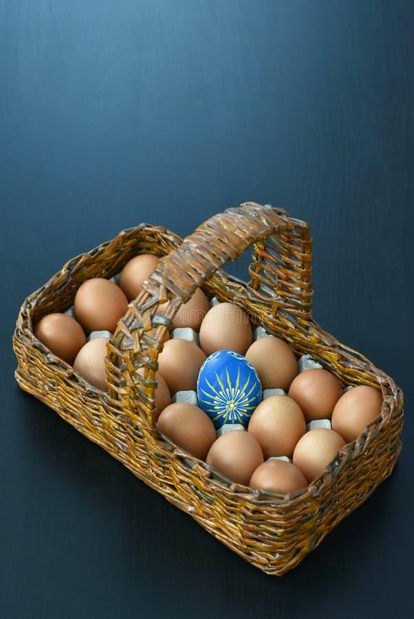 Cesta de madera con los huevos de Pascua fotografía de archivo libre de regalías