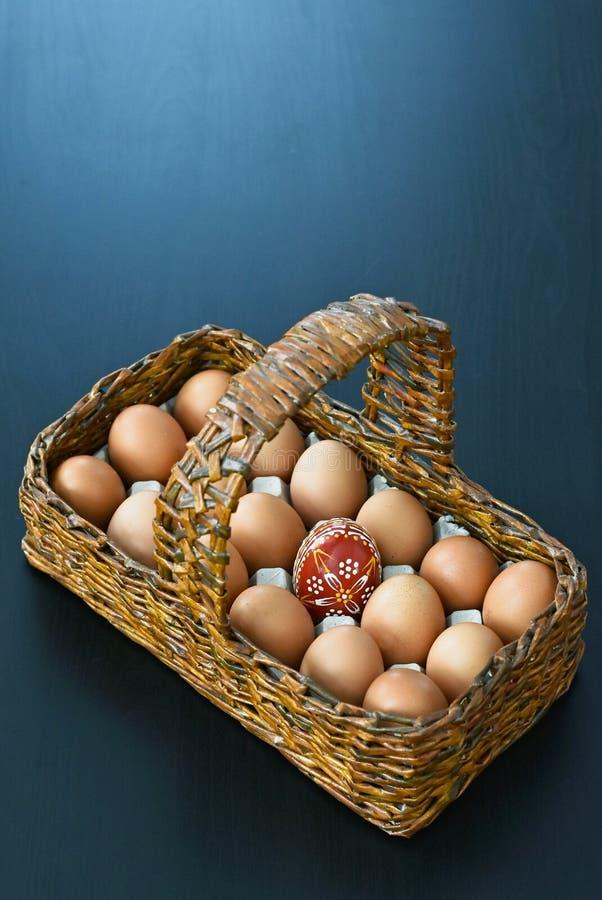 Cesta de madera con los huevos de Pascua foto de archivo libre de regalías