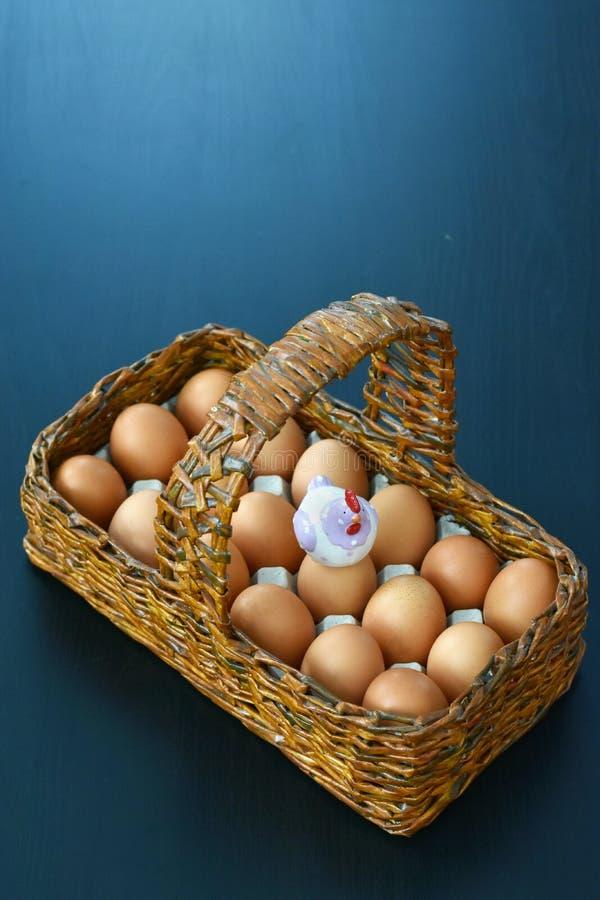 Cesta de madera con los huevos de Pascua imagen de archivo libre de regalías