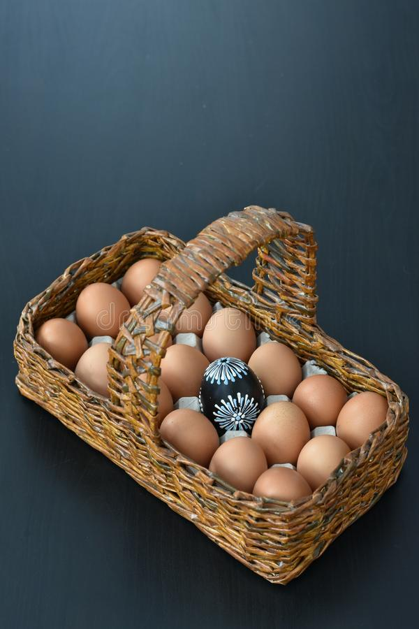 Cesta de madera con los huevos de Pascua imagen de archivo