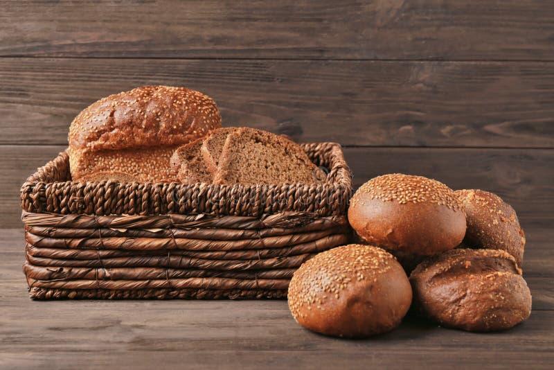 Cesta de mimbre con diversos tipos de pan fresco foto de archivo