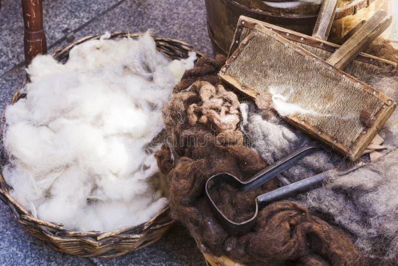 Cesta de mimbre con lanas virginales fotografía de archivo libre de regalías
