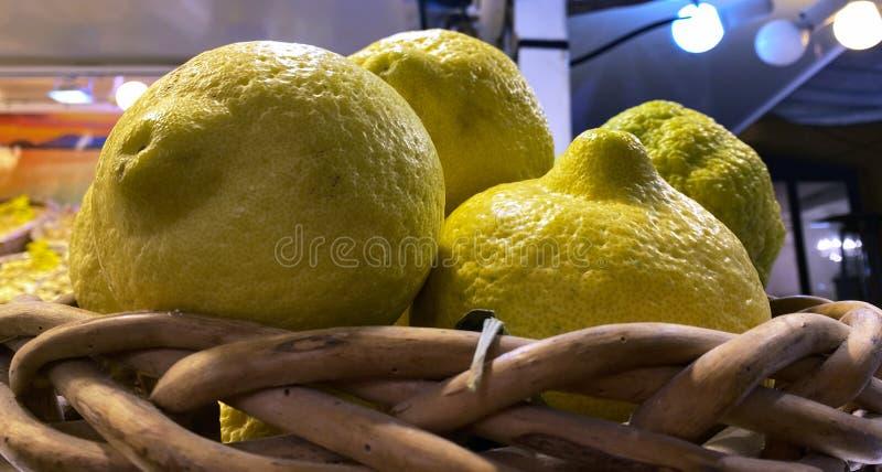 Cesta de mimbre con limones y cedros recién escogidos imagen de archivo libre de regalías