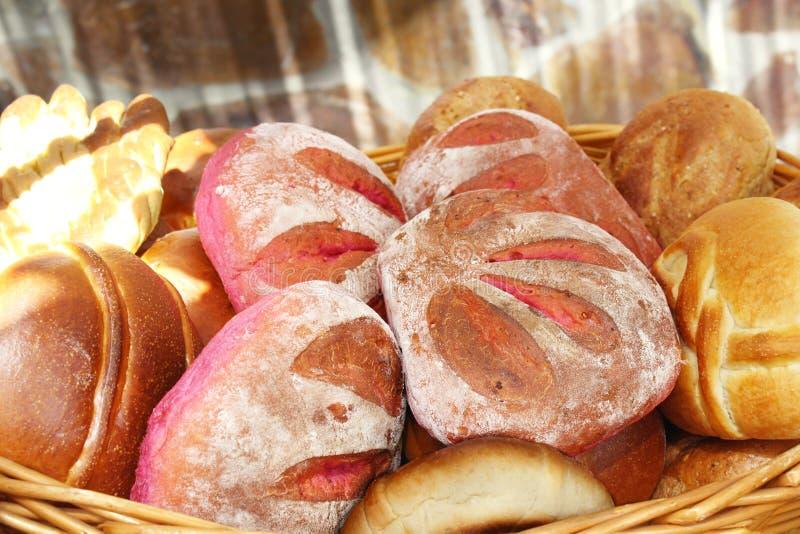 Cesta de mimbre que contiene diversos tipos de pan de Tenerife imagen de archivo libre de regalías