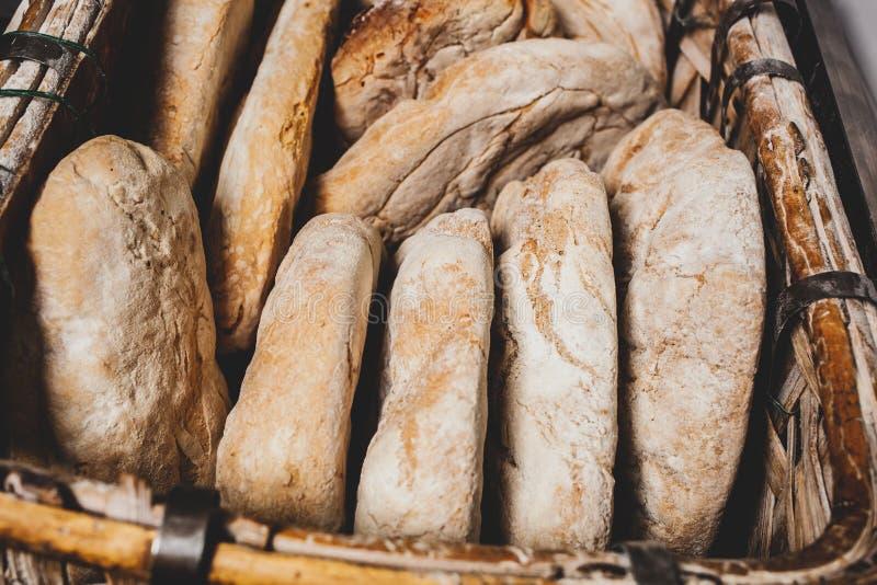 Cesta de pan cocido con el horno de madera imagen de archivo libre de regalías