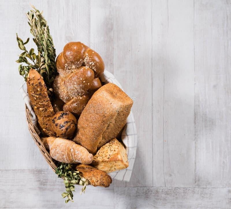Cesta de pan hecho en casa fresco fotografía de archivo