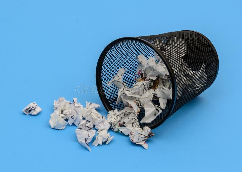 Cesta de papel usado derramada foto de archivo