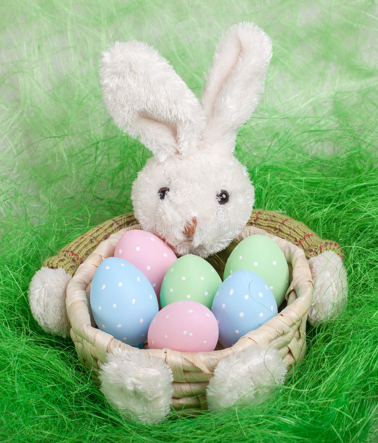 Cesta de Pascua con los huevos y el conejito de pascua adornados foto de archivo