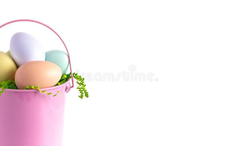 Cesta de Pascua llenada de los huevos adornados aislados en un fondo blanco imagen de archivo libre de regalías