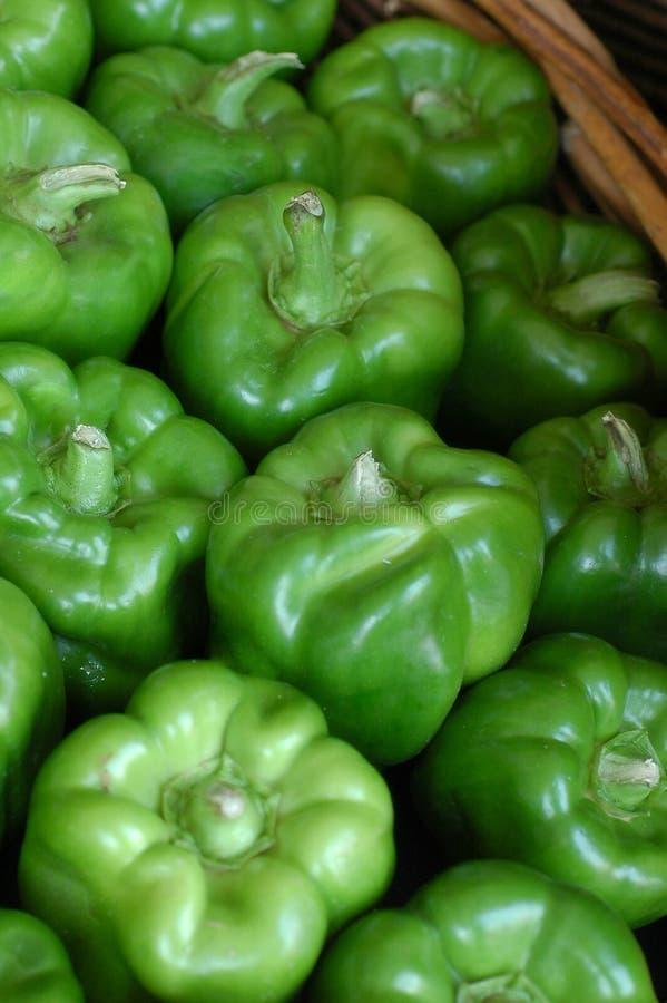 Cesta de pimentas de sino verdes imagem de stock royalty free