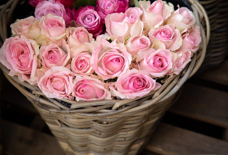 Cesta de rosas lightpink no florista para a venda imagens de stock