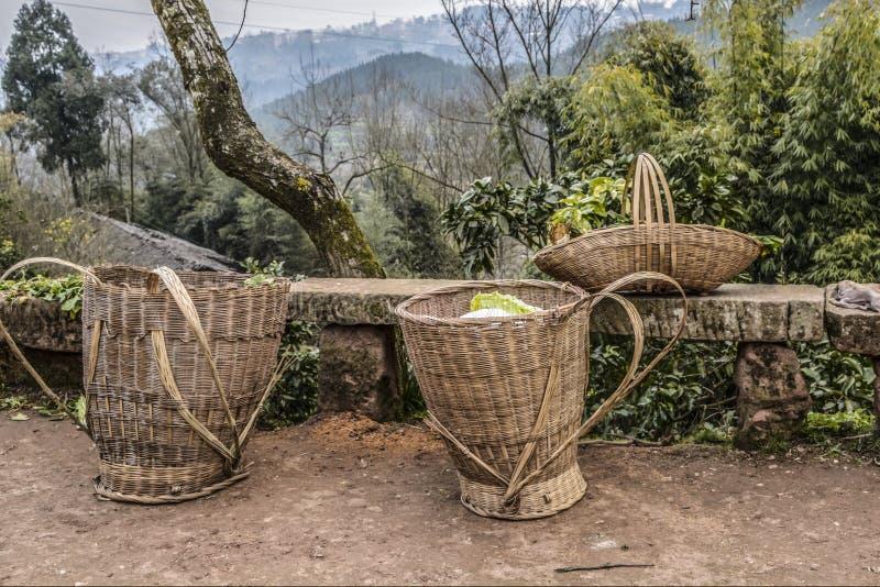 Cesta de tecelagem de bambu fotos de stock