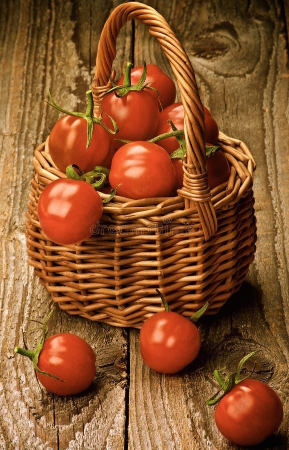 Cesta de tomates de cereja imagens de stock royalty free