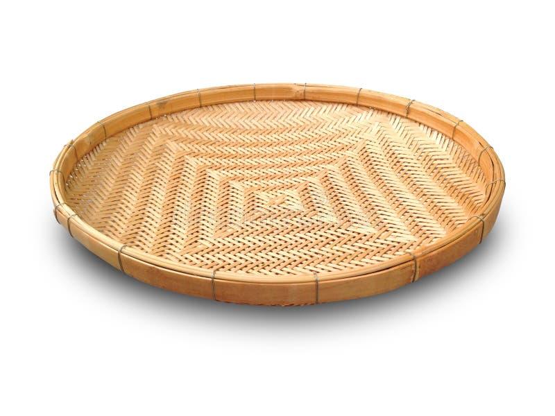Cesta de trilla aislada en el fondo blanco La cesta de trilla hizo de la tira de bambú Uso de trilla de la cesta para el aventami fotos de archivo
