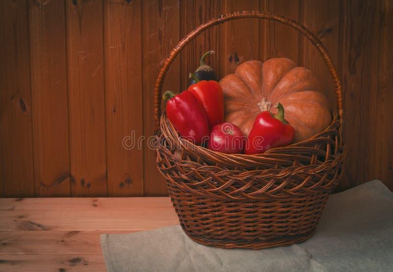 Cesta de vime com legumes frescos Conceito da colheita imagem de stock