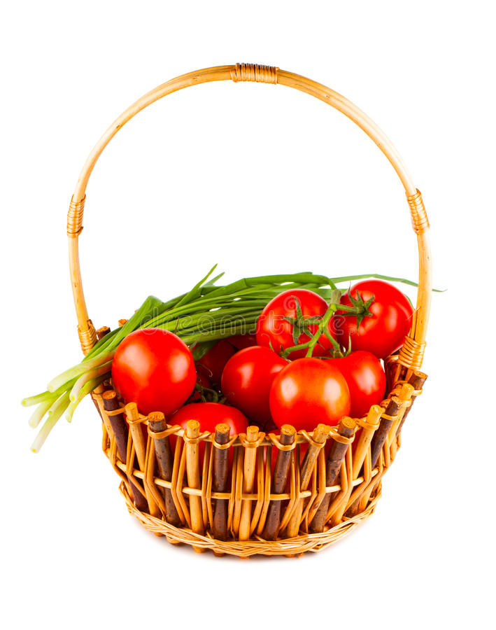 Cesta de vime com tomate e a cebola verde fotos de stock royalty free