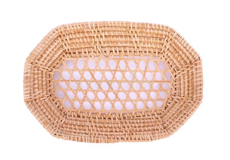 Cesta de vime do weave do vintage isolada no fundo branco imagem de stock