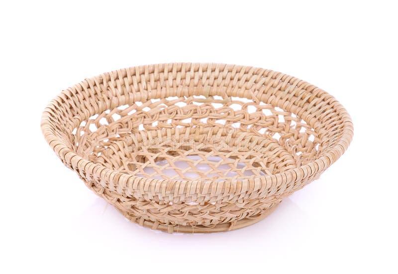 Cesta de vime do weave do vintage isolada no fundo branco imagem de stock royalty free