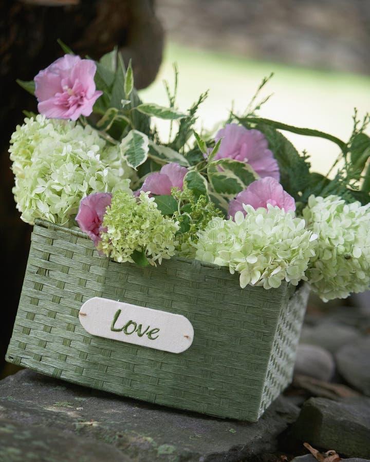 Cesta del amor de los ramos de la boda imagen de archivo