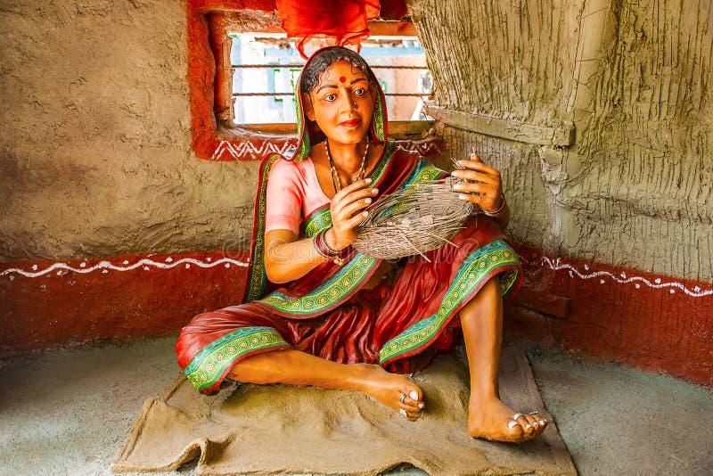 Cesta del bastón de la mujer que teje, museo de la escultura, matemáticas de Kaneri, Kolhapur, maharashtra foto de archivo