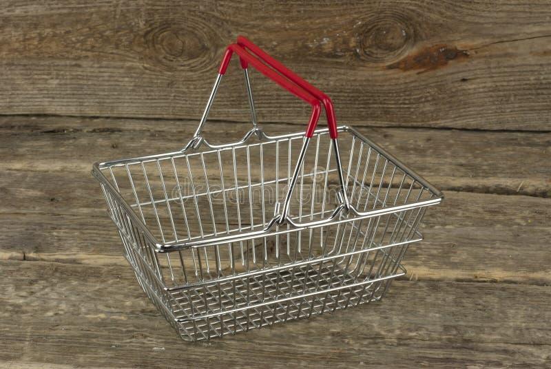 Cesta del consumidor en el fondo de madera foto de archivo