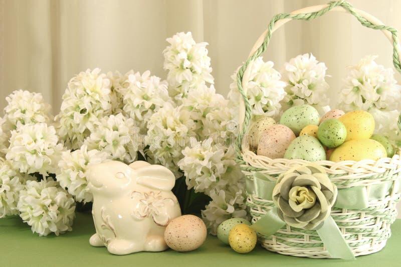 Cesta del huevo de Pascua con el conejito fotos de archivo libres de regalías