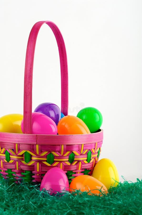 Cesta del huevo de Pascua con los huevos imagen de archivo