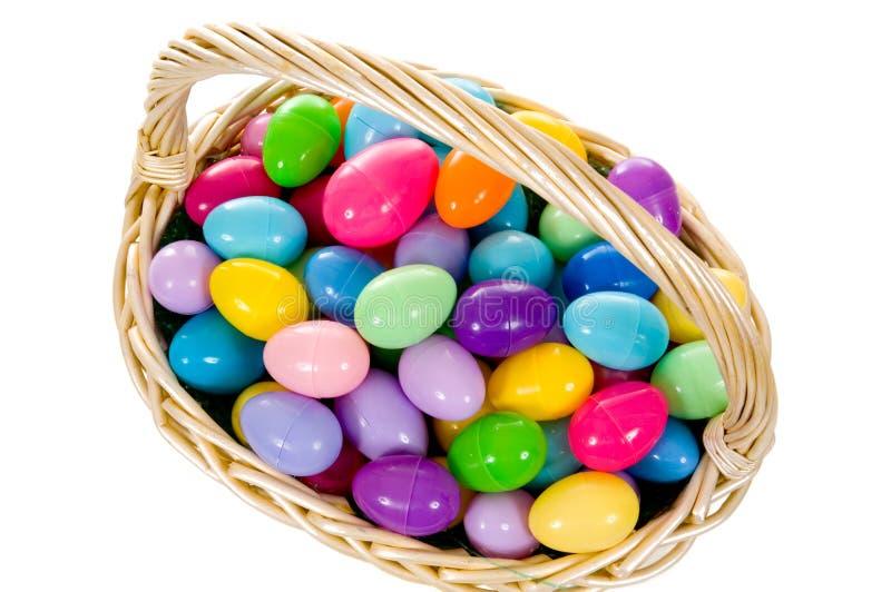 Cesta del huevo de Pascua con los huevos multicolores fotografía de archivo