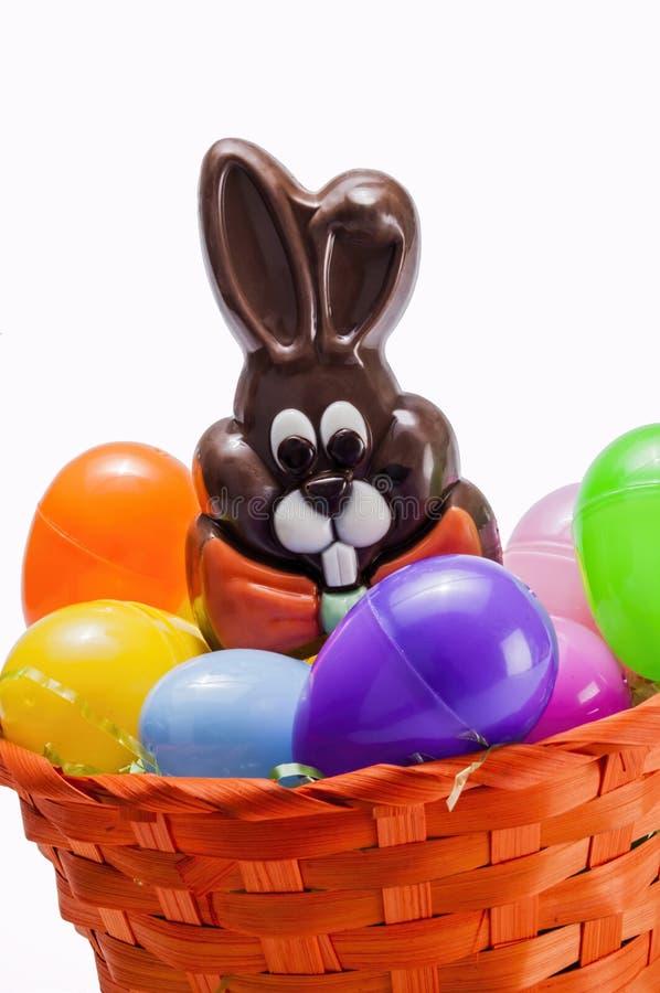 Cesta del huevo de Pascua, conejito, chocolate imagen de archivo libre de regalías