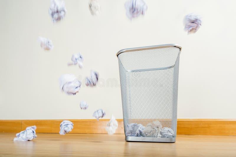 Cesta del metal y bola del papel fotografía de archivo libre de regalías
