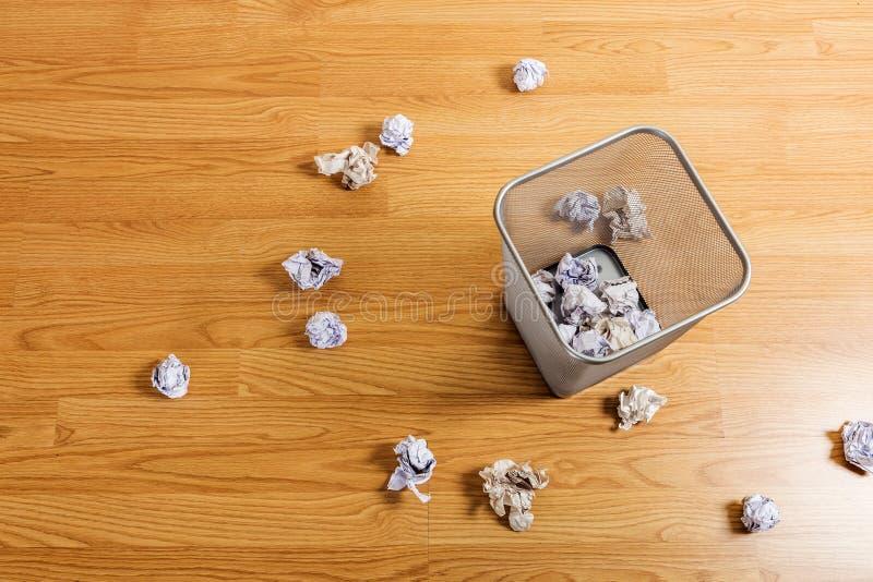 Cesta del metal y bola del papel imágenes de archivo libres de regalías