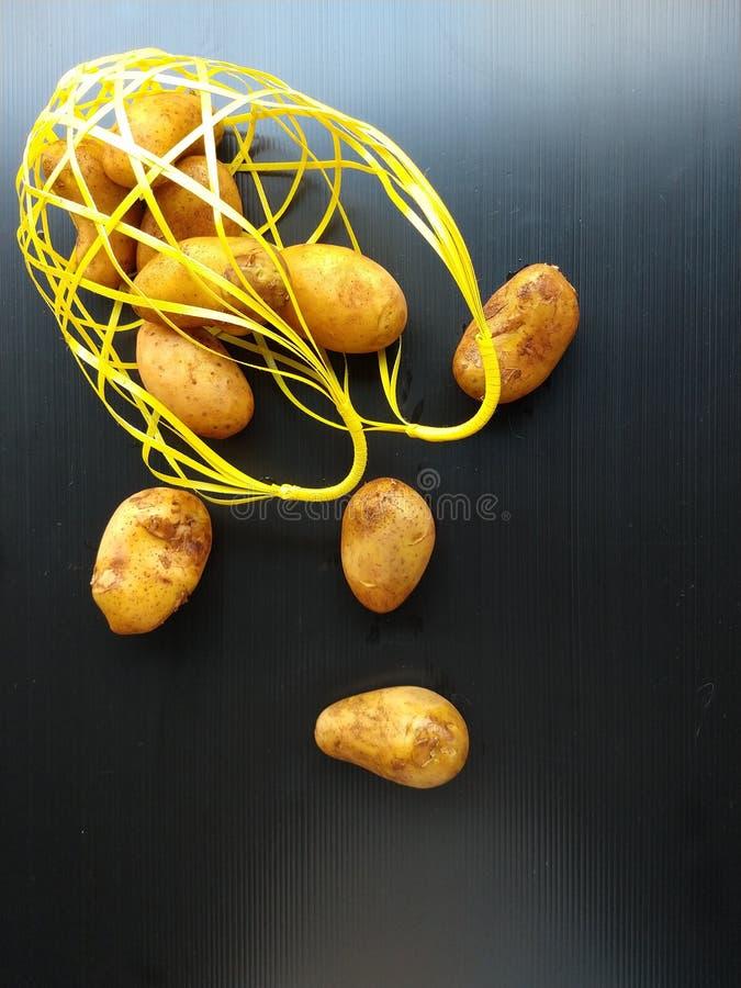 Cesta derramada de las patatas imagen de archivo libre de regalías