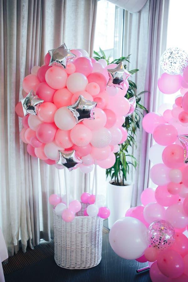Cesta do balão Festa de anos Balões cor-de-rosa foto de stock royalty free