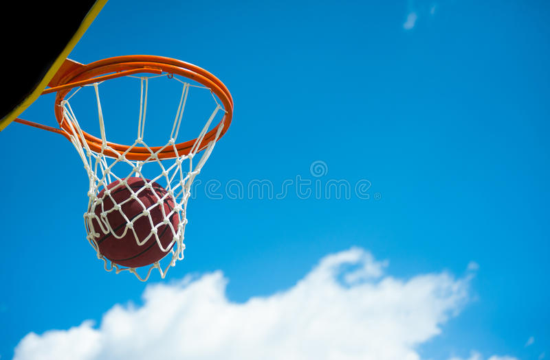 Cesta do basquetebol com bola imagem de stock royalty free
