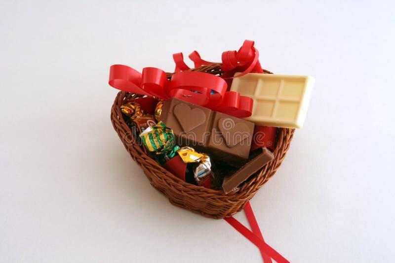 Cesta do chocolate com formulário do coração. imagem de stock