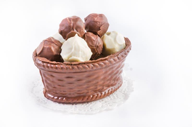 Cesta do chocolate com trufas de chocolate imagens de stock royalty free