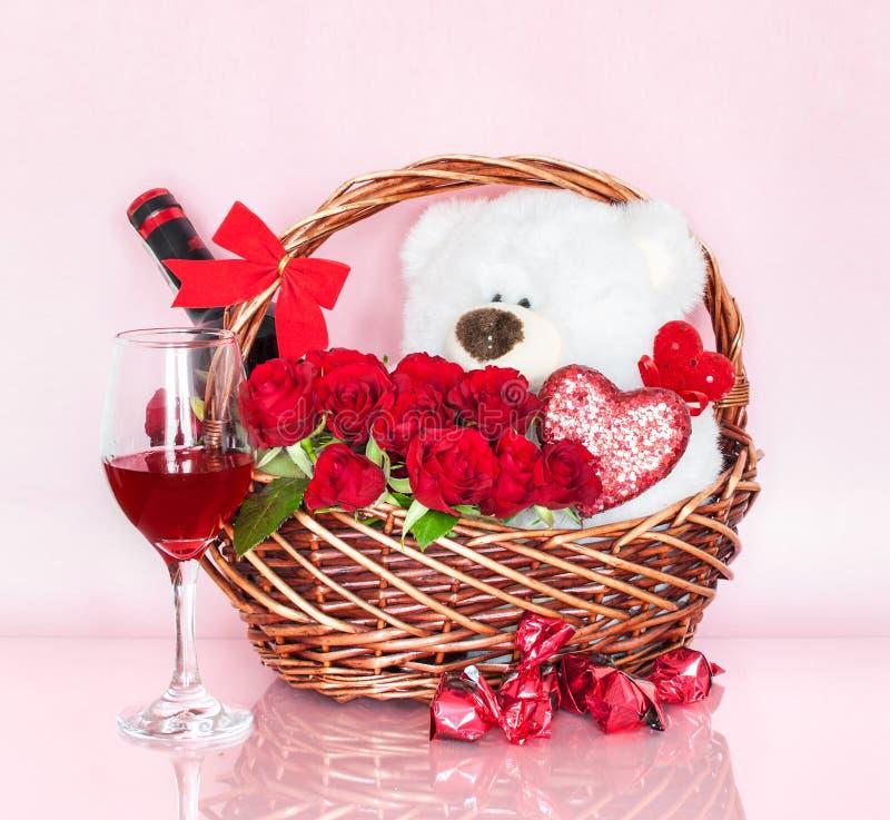 Cesta do dia do ` s do Valentim com símbolos do amor imagem de stock royalty free