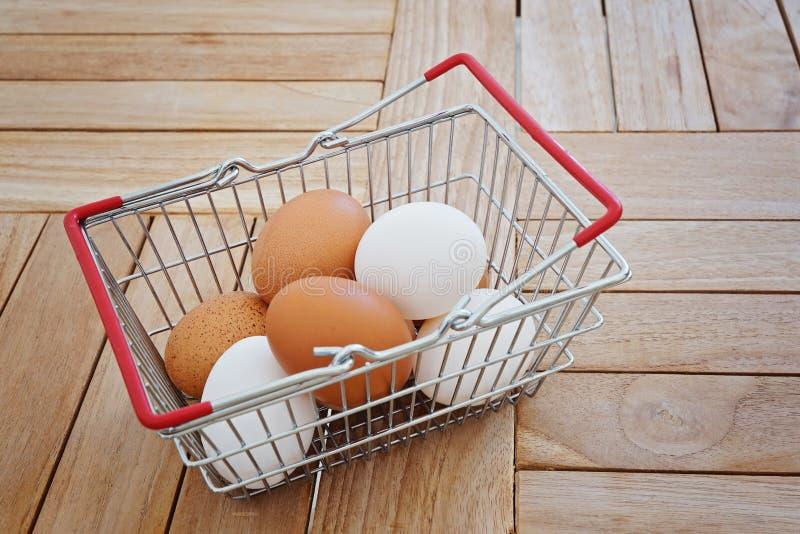 Cesta do metal com os ovos frescos da galinha fotografia de stock