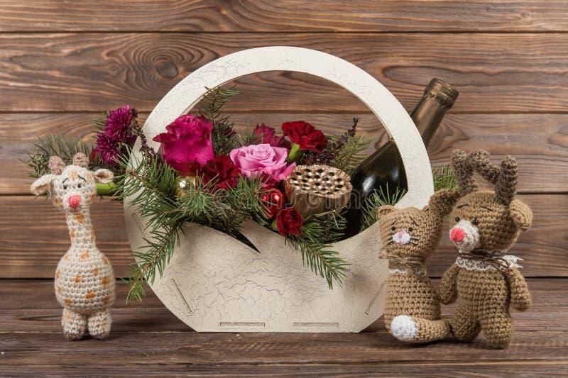 Cesta do Natal das flores com champanhe Presentes do ` s do ano novo Fazer crochê brinquedos imagem de stock royalty free