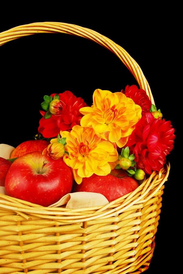 Cesta do outono com maçãs e flores foto de stock royalty free