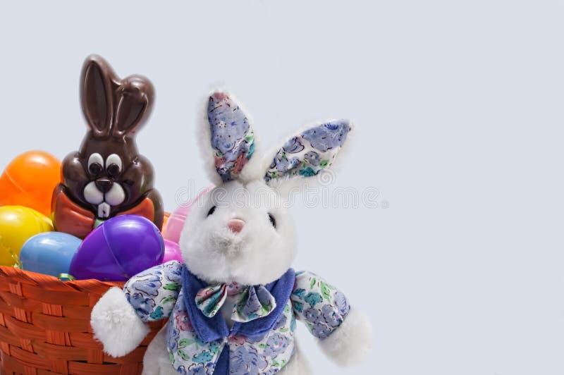 Cesta do ovo da páscoa, coelho, chocolate foto de stock