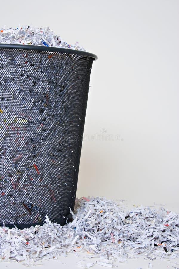 Cesta do papel shredded fotografia de stock