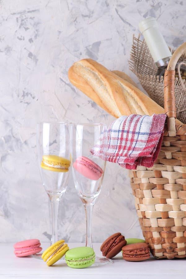 Cesta do piquenique com fruto do vinho e outros produtos em um fundo claro Resto do ver?o acampar Piquenique na natureza imagens de stock royalty free